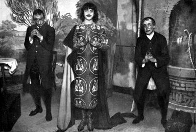 Giuseppe Visconti di Modrone (al centro) nella rivista Chi sa il giuoco... me lo insegni (1911)