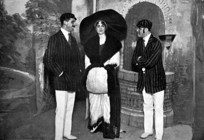 Carla Erba Visconti di Modrone (al centro) nella rivista Chi sa il giuoco... me lo insegni (1911)