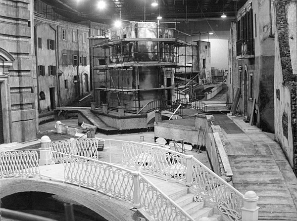 Il quartiere ricostruito in teatro di posa a Cinecittà, scenografo Mario Chiari, associato Mario Garbuglia